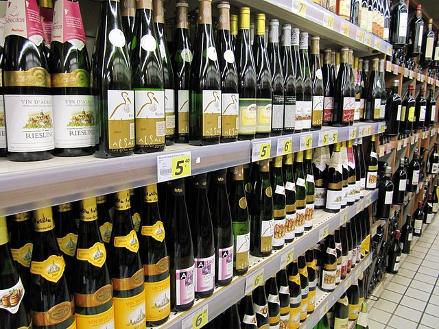wines_in_a_supermarket_By_francois_from_Strasbourg,_france_(Small_french_supermarket)__[CC-BY-SA-2.0_(http_creativecommons.org_licenses_by-sa_2.0)]_via_Wikimedia_Commons